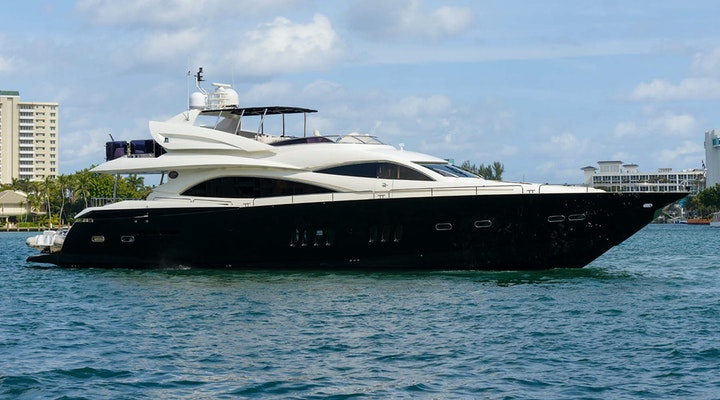 Luxury motor yacht Sunseeker-90 LEADING FEARLESSLY for sale