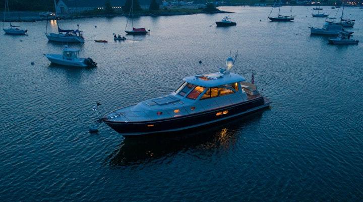 motor yacht hunt 52 KALEEN at night